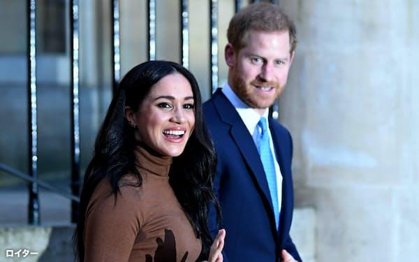 ヘンリー王子(右)とメーガン妃は王室の主要公務から退くと宣言した(7日、ロンドン)=ロイター