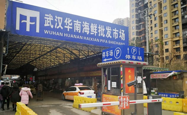 原因不明の肺炎の患者が多く出た中国湖北省武漢市内の海鮮市場=2019年12月31日(共同)
