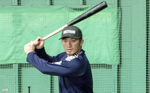 打撃練習を公開する広島の鈴木誠(11日、宮崎県串間市)=共同
