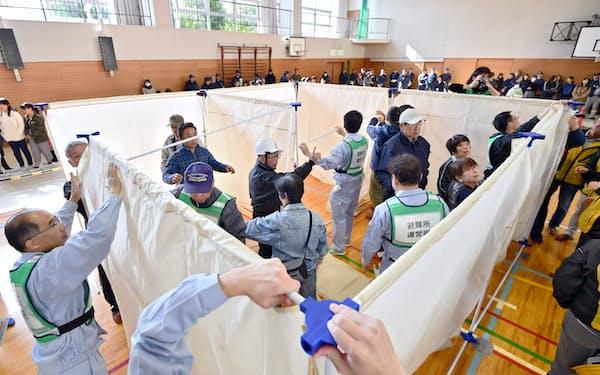 防災訓練で体育館に避難所の設営をする人たち(2019年11月、兵庫県三田市)