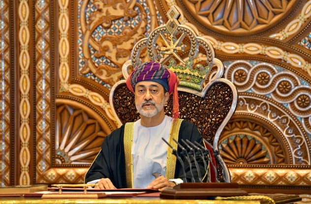 即位後に演説するオマーンのハイサム新国王=ロイター