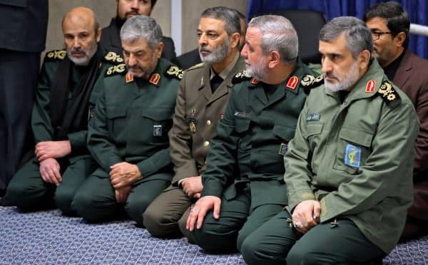 9日、犠牲者の追悼式に参加した際のハジザデ司令官(右)=イラン政府提供・AP