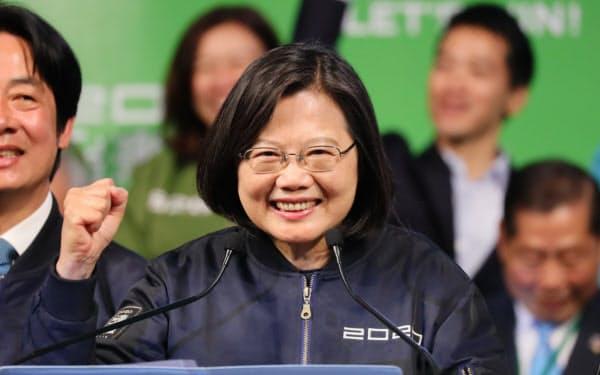 勝利宣言し、有権者の声援に応える民進党の蔡英文氏(11日、台北市)=小高顕撮影