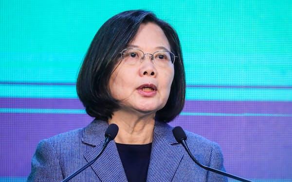 台湾の議会選でも民進党は国民党を退けた(11日、台北市で、再選を決めた蔡英文総統)=小高顕撮影