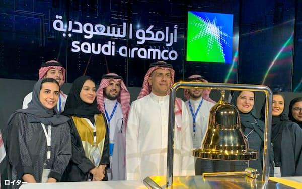 サウジアラムコの上場式典に参加した関係者ら(2019年12月、リヤドの証券取引所)=ロイター