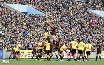 ラグビーW杯日本大会後、初のシーズンが開幕したトップリーグの東芝―サントリー戦を観戦する大勢のファン。中央右はボールを争う東芝のリーチ・マイケル(12日、東京・秩父宮ラグビー場)=共同
