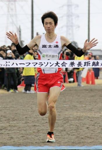 高根沢町ハーフマラソンで優勝した中村匠吾(12日、栃木県高根沢町)=共同
