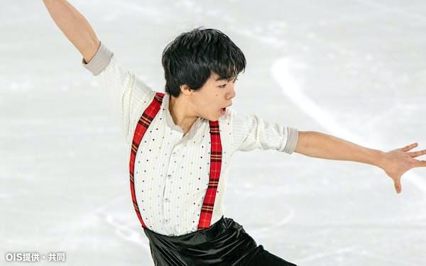 フィギュアスケート男子で逆転で金メダルを獲得した鍵山優真のフリーの演技(12日、ローザンヌ)=OIS提供・共同