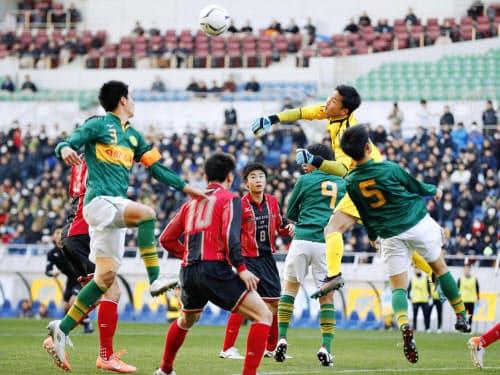 埼玉スタジアムで行われた全国高校サッカー準決勝。サッカーの大きな試合の舞台として同スタジアムは新国立競技場のライバルになる=共同