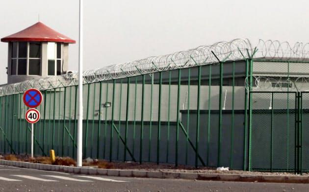 中国・新疆ウイグル自治区の「職業教育訓練センター」。100万人ものウイグル族らが収容されている=AP
