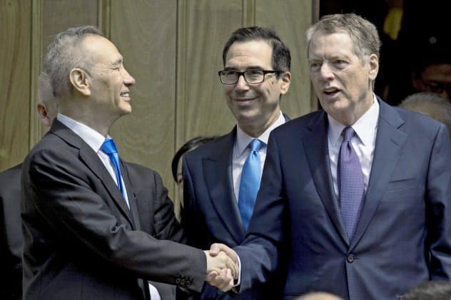 第2段階の合意に向けた難題は多い(2019年5月、協議終了後に握手する中国の劉鶴副首相(左)とライトハイザーUSTR代表(右)。中央はムニューシン米財務長官)=AP
