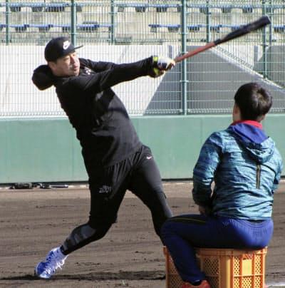 練習を公開した楽天の浅村(13日、愛媛県内)=共同