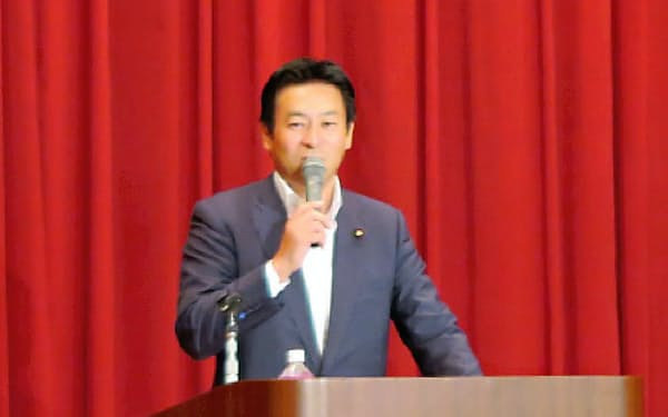 中国企業主催のシンポジウムで基調講演を務めた秋元司議員(17年8月、那覇市)=IR専門メディア「カジノIRジャパン」提供