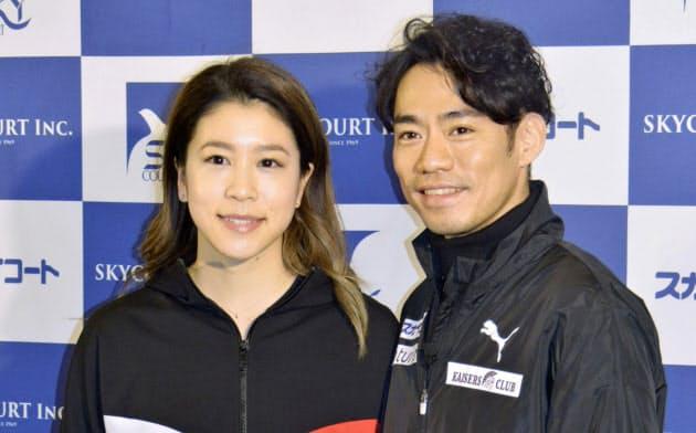 写真撮影に応じる、フィギュアスケートのアイスダンスに転向した高橋大輔。左はコンビを組む村元哉中(13日、横浜市)=共同