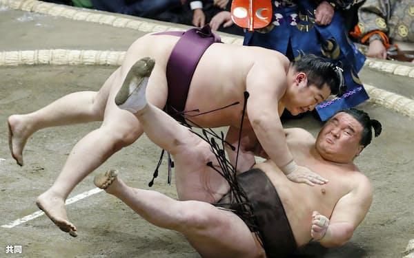 遠藤(上)が切り返しで白鵬を破る(13日、両国国技館)=共同