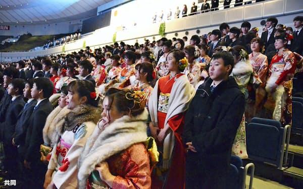 横浜アリーナで開催された成人式(13日、横浜市)=共同
