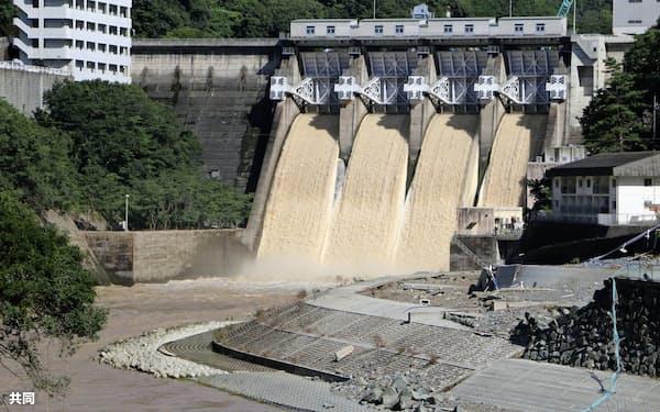 西日本豪雨で緊急放流が行われた鹿野川ダム(2018年7月、愛媛県大洲市)=共同