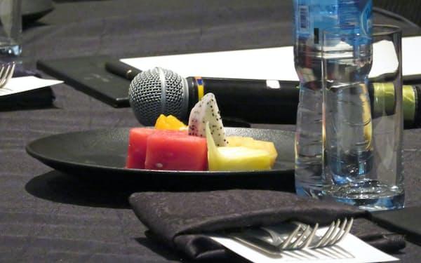 出席者の前に並べられたフルーツ