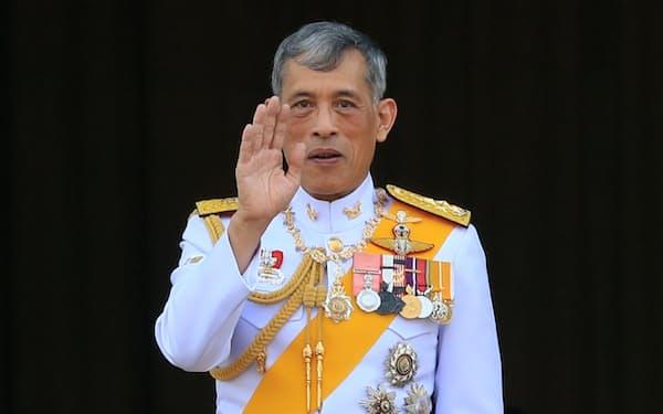 一般参賀で手を振るタイのワチラロンコン国王(バンコク)=三村幸作撮影
