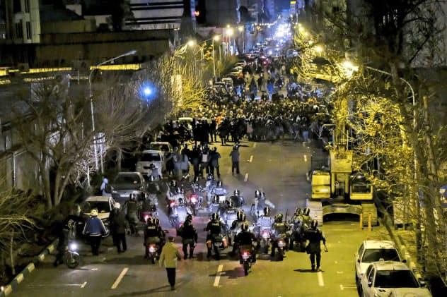 デモ隊への警戒にあたるイラン警察(11日、テヘラン)