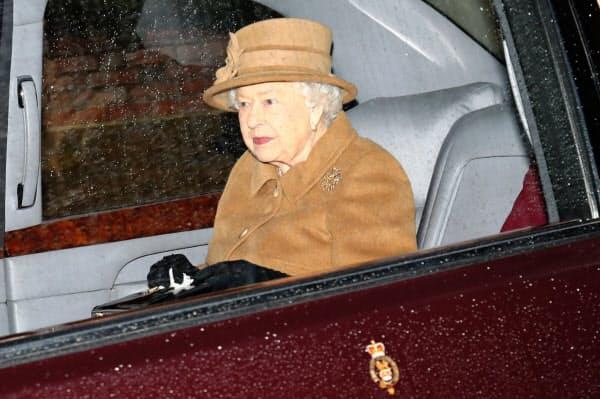 エリザベス女王は、王室と距離を置く意向のヘンリー王子に理解を示した(12日)=ロイター