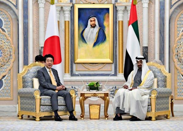 13日、アラブ首長国連邦を訪問し、アブダビ首長国のムハンマド皇太子(右)と会談する安倍首相=共同