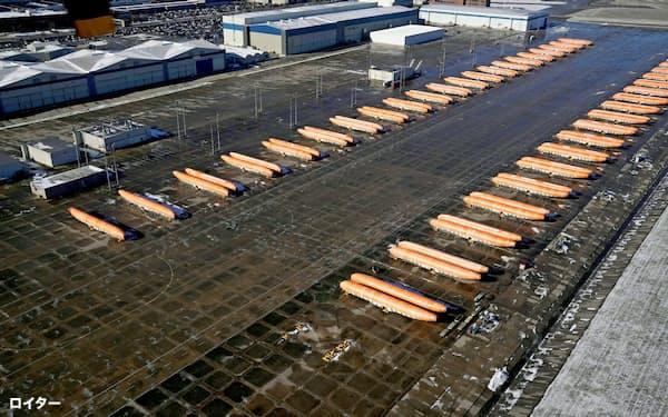 737MAXの胴体部品の在庫が並ぶスピリット・エアロシステムズの工場(米カンザス州)=ロイター