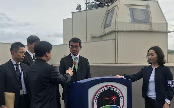 米軍施設のイージス・アショアを視察した河野防衛相(13日、米ハワイ州カウアイ島)