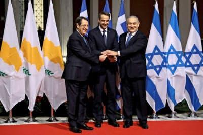 イスラエル、ギリシャ、キプロスの首脳は2日、地中海を横断する海底パイプラインの建設で合意した=ロイター