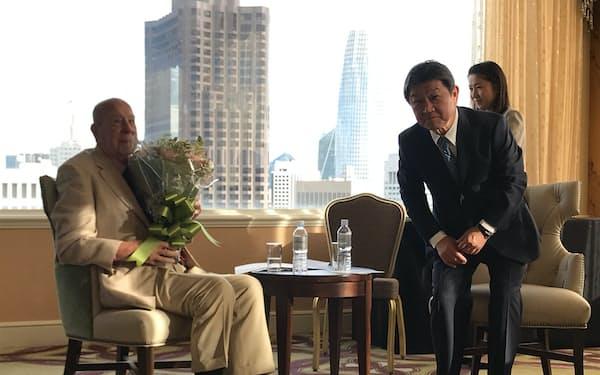 米国のシュルツ元国務長官と懇談する茂木敏充外相(13日、米サンフランシスコ)
