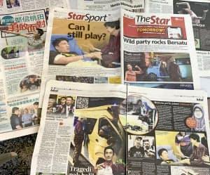 桃田賢斗選手が交通事故に巻き込まれたことを伝えるマレーシアの新聞各紙(14日、クアラルンプール近郊)=共同