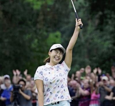 日本男子ツアーも渋野日向子のようなスターがほしいところ。写真はAIG全英女子オープン優勝の瞬間=共同