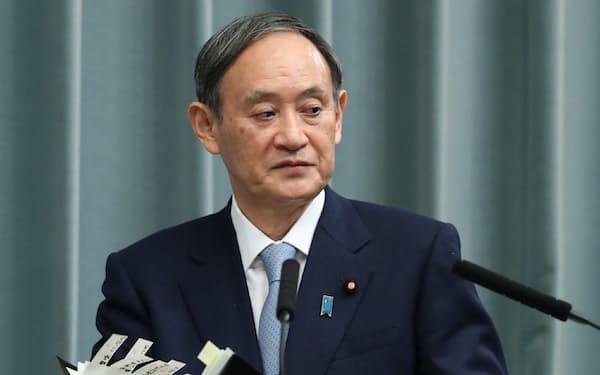 記者会見に臨む菅官房長官(14日午前、首相官邸)