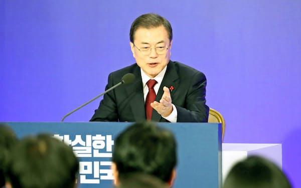 記者の質問に答える文在寅大統領(14日、ソウル)=聯合・共同