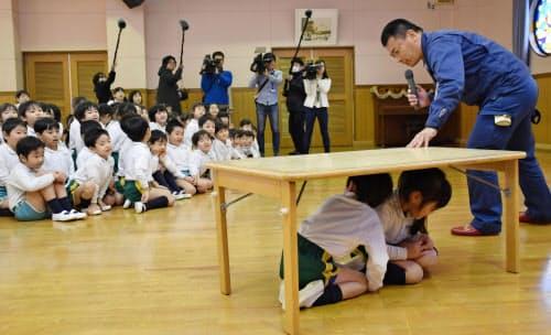 大東中央幼稚園で実施された避難訓練(14日、大阪府大東市)=共同