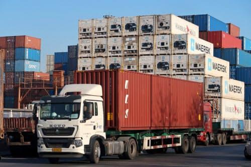 中国は2019年に米国との貿易が落ち込んだ(天津の港湾施設)=ロイター