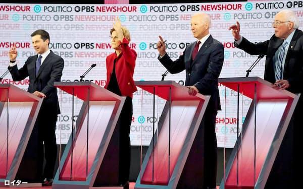 2019年12月、カリフォルニア州で大統領選候補指名争いの討論に臨む民主党の候補者(左からブティジェッジ、ウォーレン、バイデン、サンダースの各氏)=ロイター