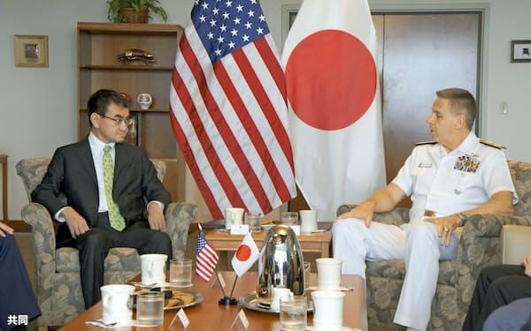 デービッドソン米インド太平洋軍司令官(右)と会談する河野防衛相=13日、米ハワイ州オアフ島(共同)