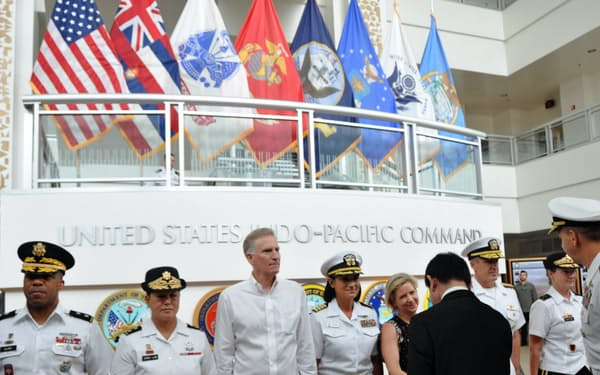 米インド太平洋軍司令部の入り口には所属する各部隊の旗が掲げられている