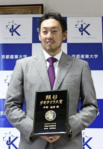 母校の京産大を表敬訪問した平野佳寿投手(14日、京都市)=共同