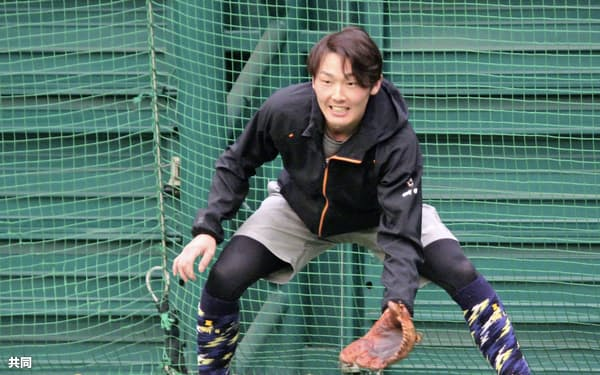 練習を公開し、テニスボールでノックを受ける西武・源田(14日、愛知県豊田市)=共同