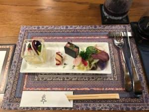 エゾ鹿肉など北海道の素材を使った料理を提供する