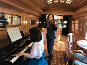 ヴァイオリンの生演奏も車内で楽しめる