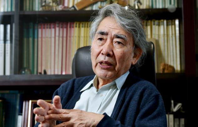ながた・かずひろ 1947年滋賀県生まれ、京都大学理学部物理学科卒。京大名誉教授、京都産業大学タンパク質動態研究所所長。歌人としての著書に「近代秀歌」「現代秀歌」、共著「京都うた紀行」のほか科学者として「生命の内と外」など。