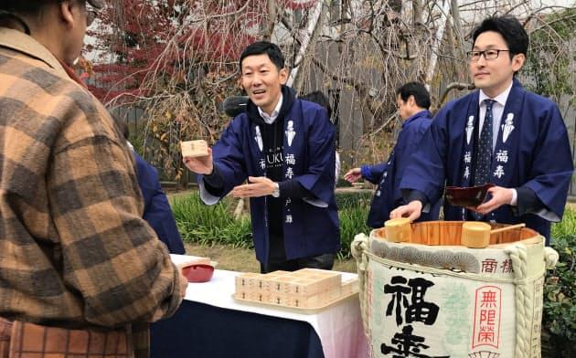 神戸酒心館社長の安福は持続可能な経営に向けて地域とのつながりを大切にする(写真中央)