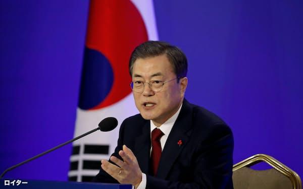 14日、大統領府で記者会見する韓国の文在寅大統領=ロイター