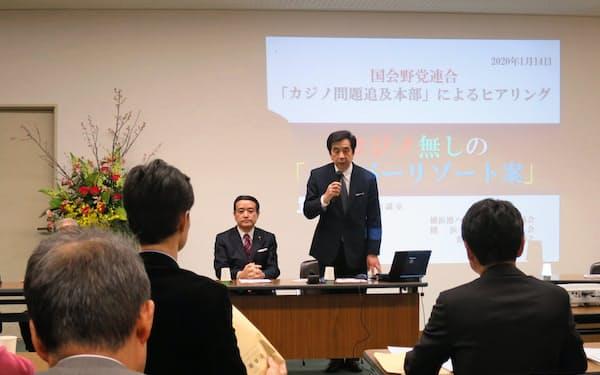 横浜港運協会の水上裕之常務理事(右)らに意見聴取した(14日、横浜市)