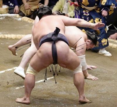 白鵬は突き落としで妙義龍(手前)に敗れる(14日、両国国技館)=共同