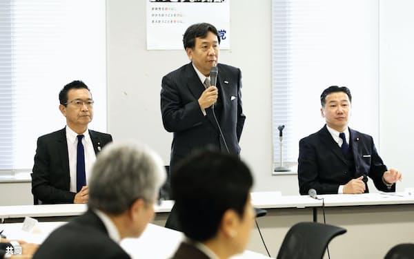 立憲民主党の常任幹事会であいさつする枝野代表=14日午後、国会