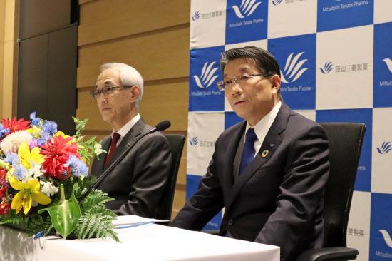 次期社長の上野裕明氏(右)はデジタル技術などを使う医薬品開発を急ぐ(14日、大阪市)